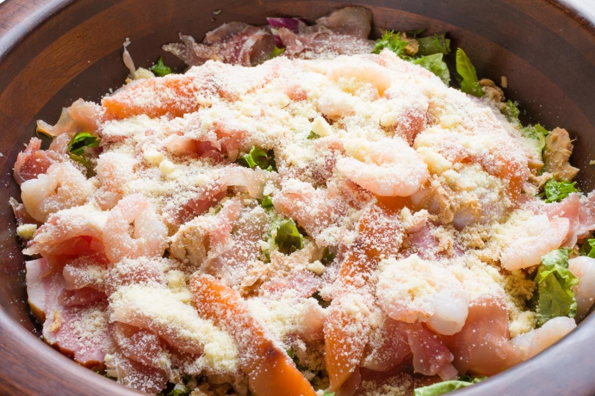 肉屋の美食家風サラダ 野菜もお肉もどちらも主役。まるでメイン料理のような存在感。