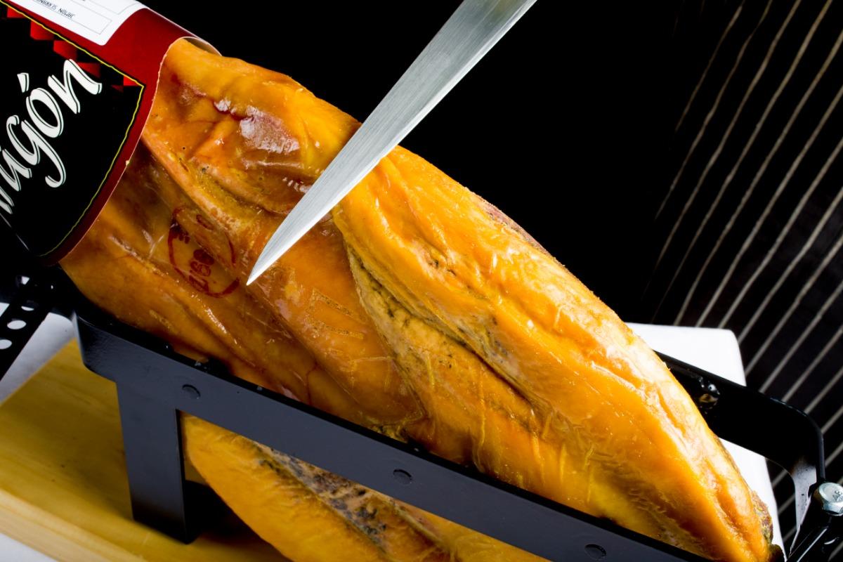 切り立てハモンセラーノ まろやかな奥深い旨みの熟成生ハムをその場でカットしてご提供する臨場感をお楽しみください。