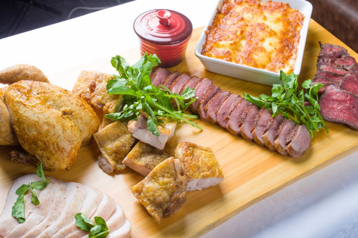 炭火焼グリルプレート ケータリングでは難しいお肉料理も、極上のしっとりとした柔らかさでお楽しみいただけます。