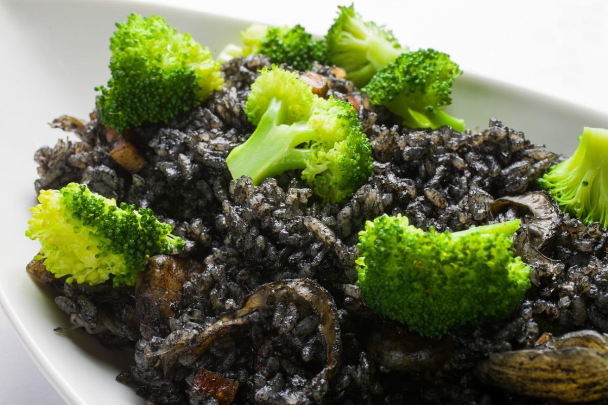 旬の魚介 イカ墨パエリア 海の旨みを閉じ込めた食べ応えある主食。