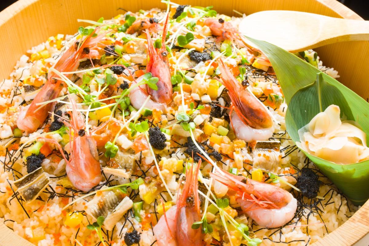 バラちらし鮨 キャビア、いくら、エビなど贅沢な食材を上品にまとめ上げました。