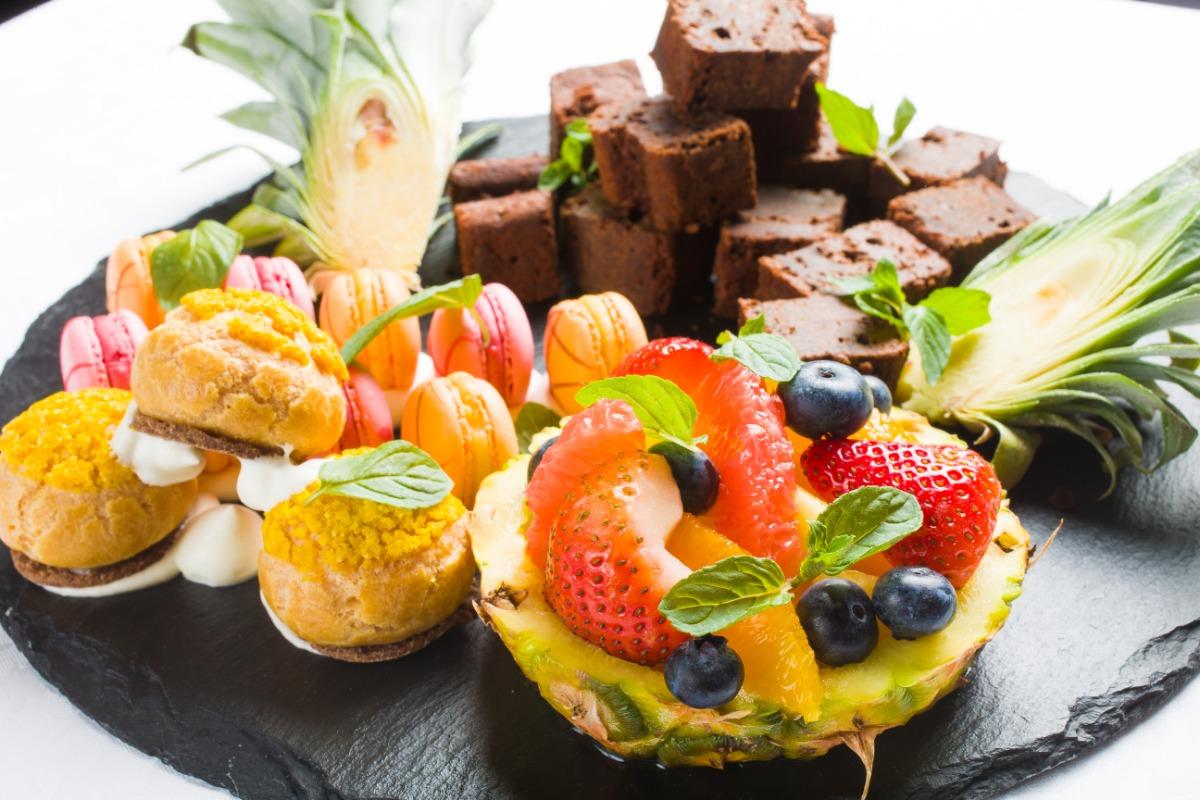 自家製デザートとフレッシュフルーツの盛り合わせ 濃厚でありながら絶妙な軽さを追求した大人のスイーツ。