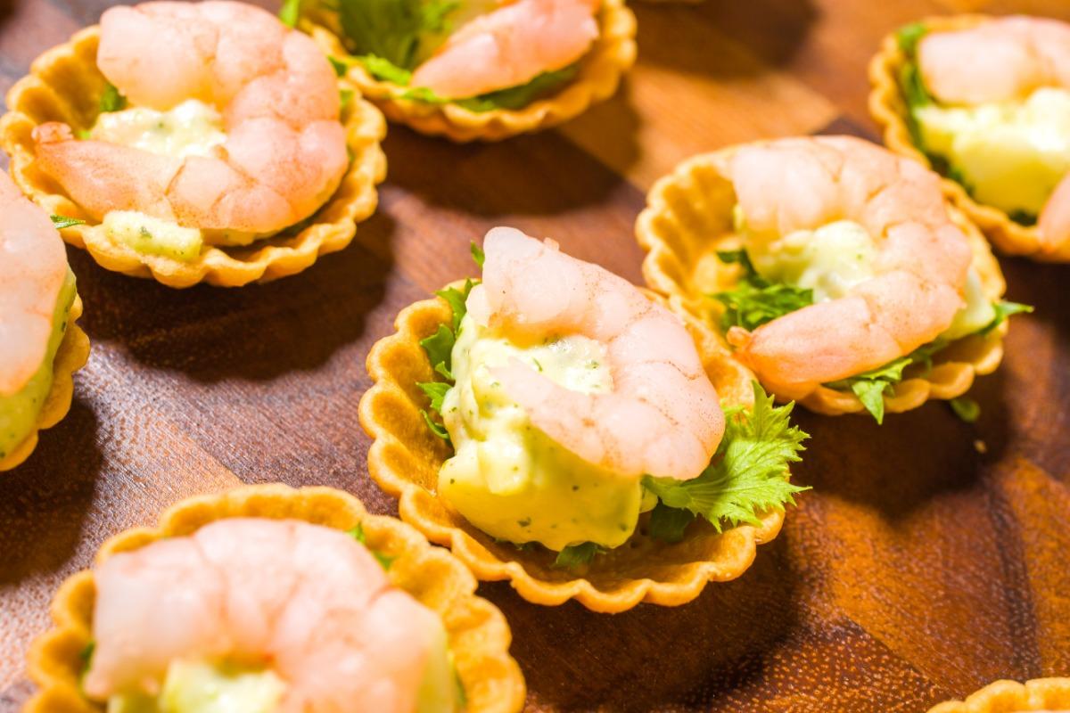 ジェノベーゼポテトサラダとエビのタルトレット ぷりっとした海老と爽やかなジェノベーゼを食べやすい一口サイズのタルトに