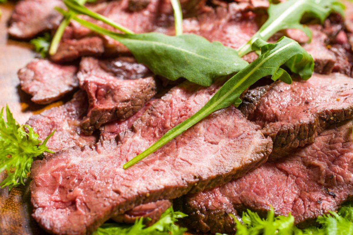 ローストビーフ~すりおろしオニオンソース~ お肉をしっとり柔らかな食感のまま、その旨みを閉じ込めました。