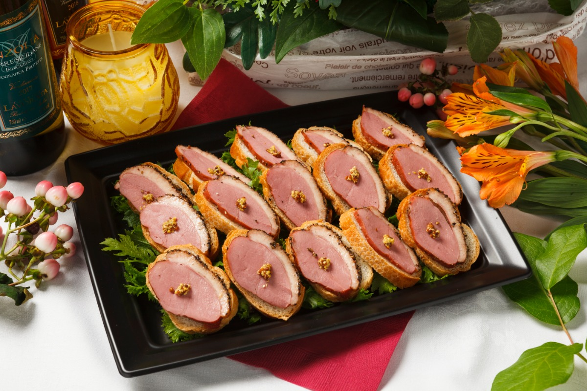 合鴨スモークとマスタードのブルスケッタ 芳醇な味わいの合鴨を使用。粒マスタードが味のアクセント