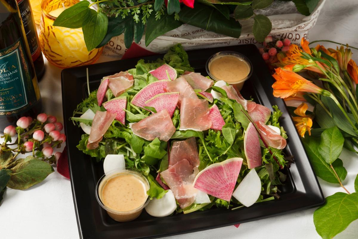 生ハムと彩り野菜のサラダ しっとりとした生ハムをふんだんに使用。