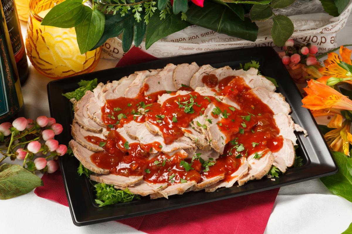 ローストポーク~香味野菜のサルサソース~ ハムのようなみずみずしいしっとり感のローストポークを、キレのある味わいのサルサソースで。
