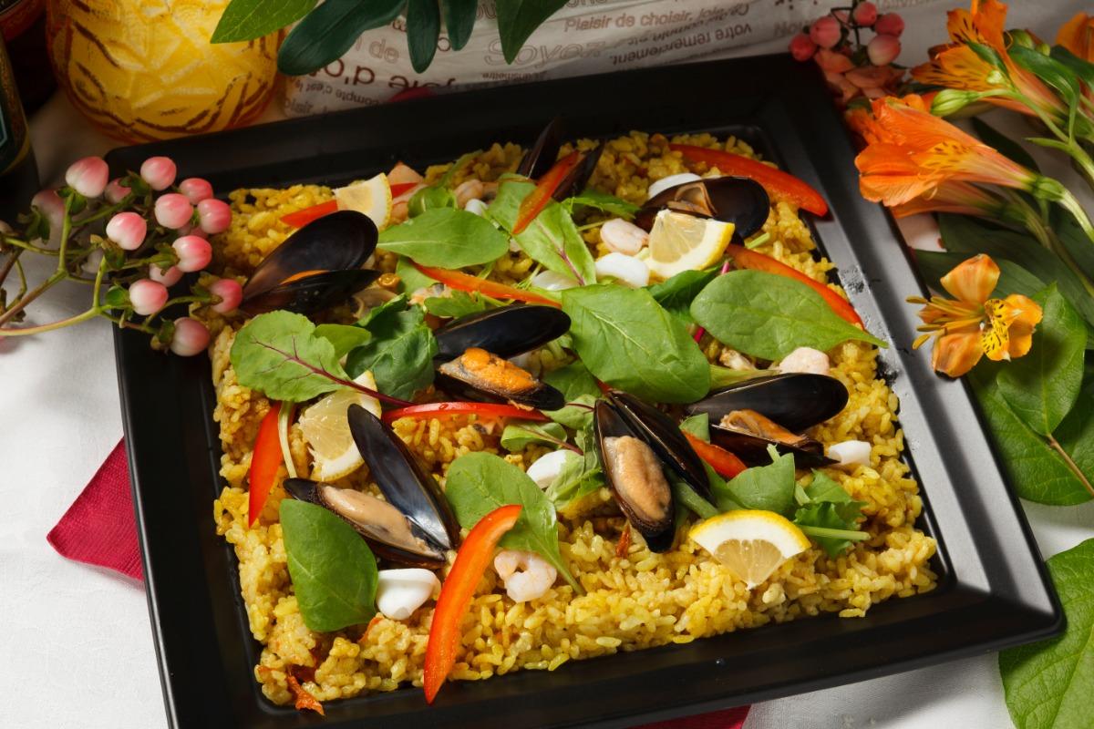 シーフードパエリア 野菜と魚介で彩り鮮やか。クセのない味わい。